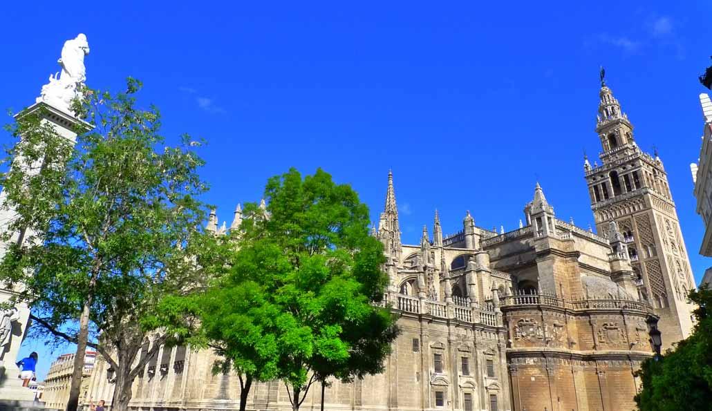 Seville: Sightseeing tour by bus, Santa Cruz Quarter, Giralda, Cathedral, Alcázar and Guadalquivir river cruise