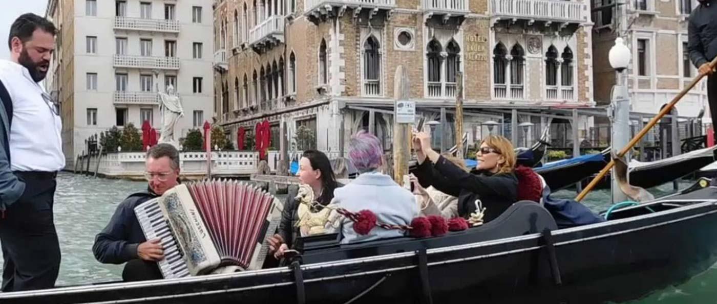 Viaje en góndola en Venecia con serenata