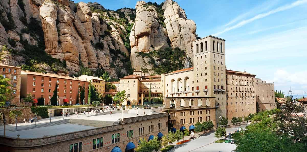 Disfruta de un tour de día completo deleitándote con los mejores vinos locales de la región del Penedés, con la belleza de las montañas de Montserrat y con el pintoresco pueblo costero de Sitges. El guía te recogerá en Barcelona y partirás en un conforta