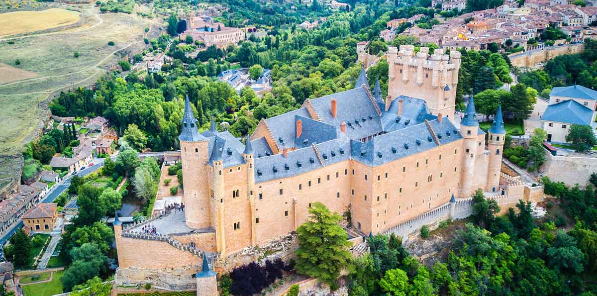 Segovia guided tour with typical lunch and bus from Madrid